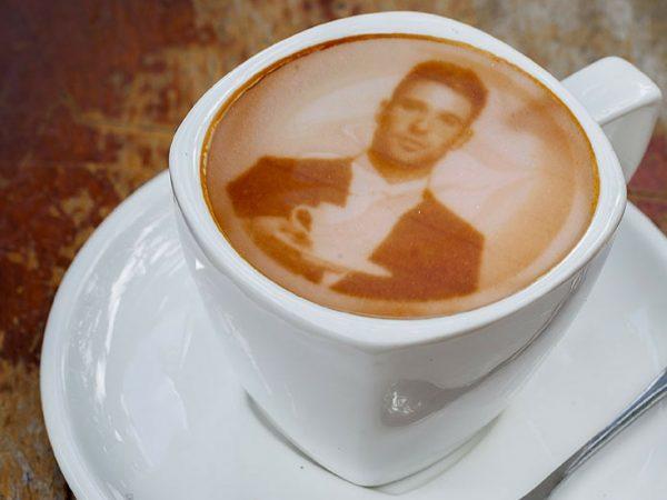 Impressora revoluciona mercado e permite impressão de imagens na espuma do café.