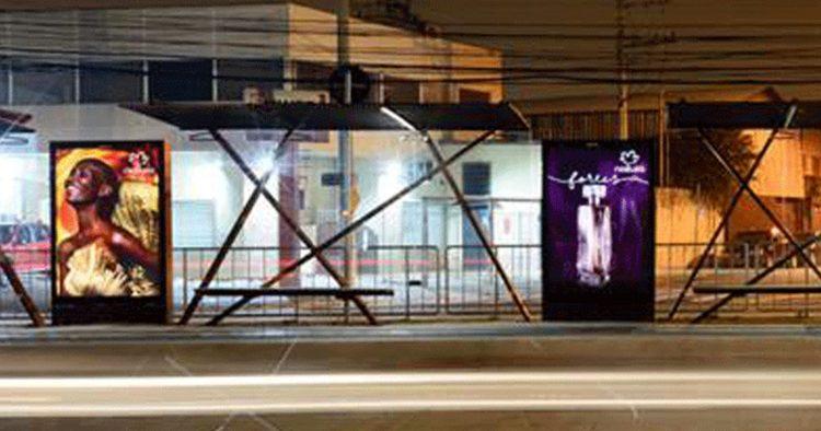 Natura faz ação em mobiliário urbano para campanha
