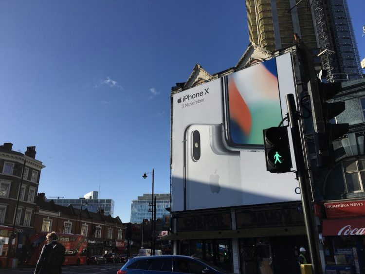 Outdoors sobre Iphone X aparecem em diversas cidades do mundo.